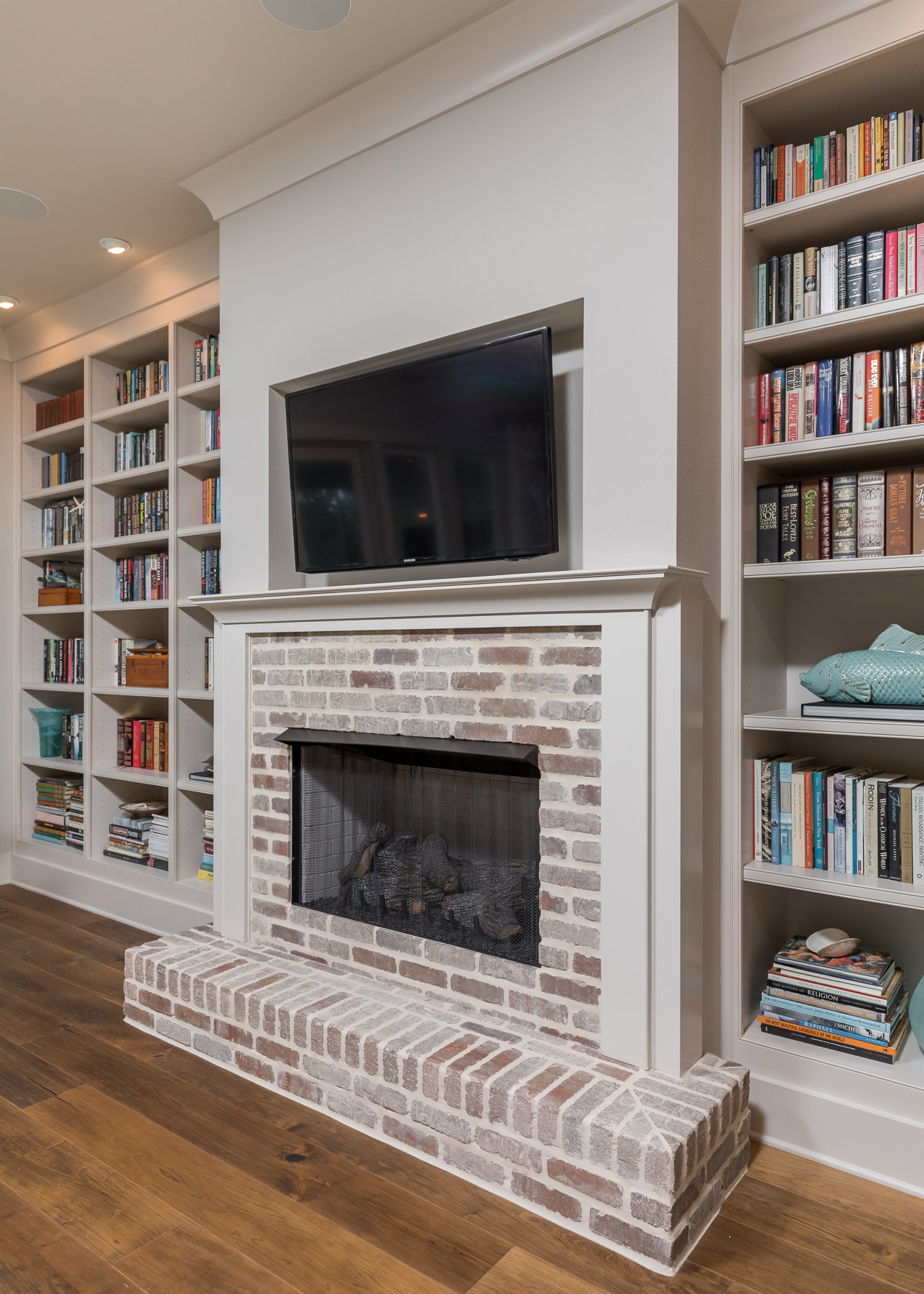 White Living room bookshelves with adjustable shelving